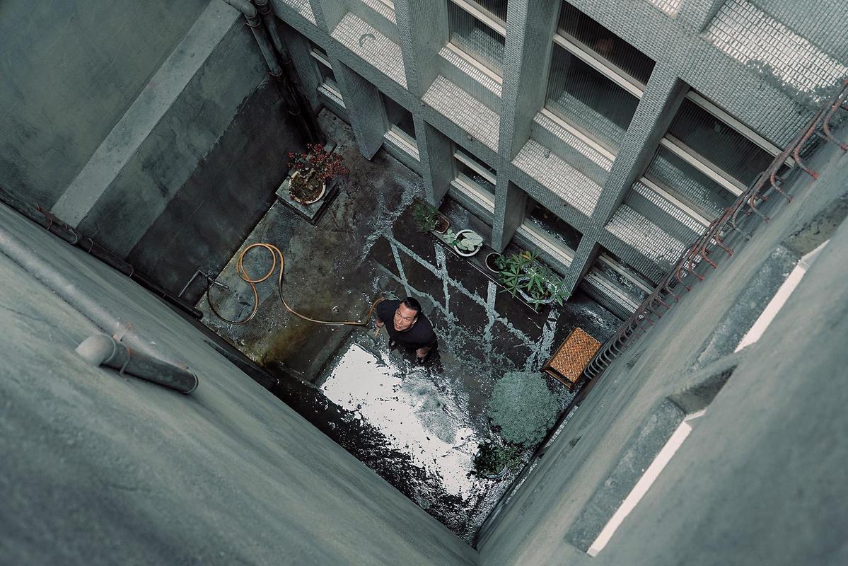 劇組透過房屋仲介找到有天井的老房子,在美術指導黃文英設計下重新改裝讓天井更有味道。(積木影像提供)