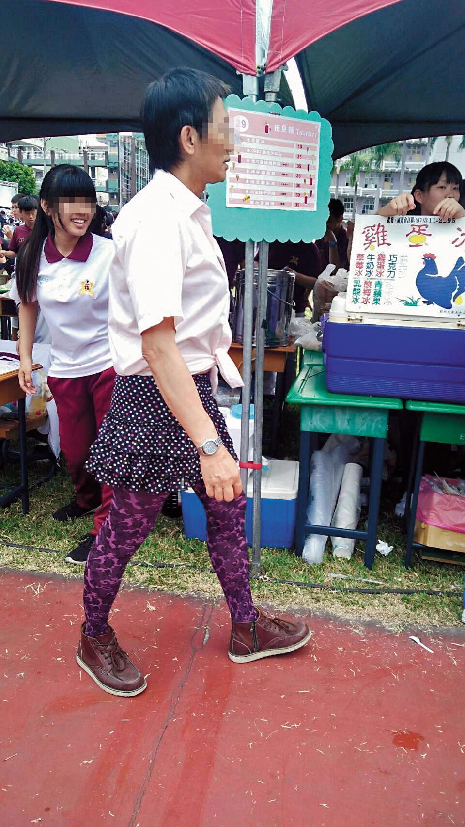 男老師穿著裙子,在學校園遊會四處遊蕩,引起學生側目。(讀者提供)