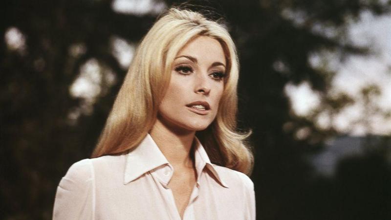 金髮碧眼的莎朗蒂外型美豔,她的親妹妹曾因長相因素反對小珍妮佛演出莎朗蒂。(翻攝自s.abcnews.com)