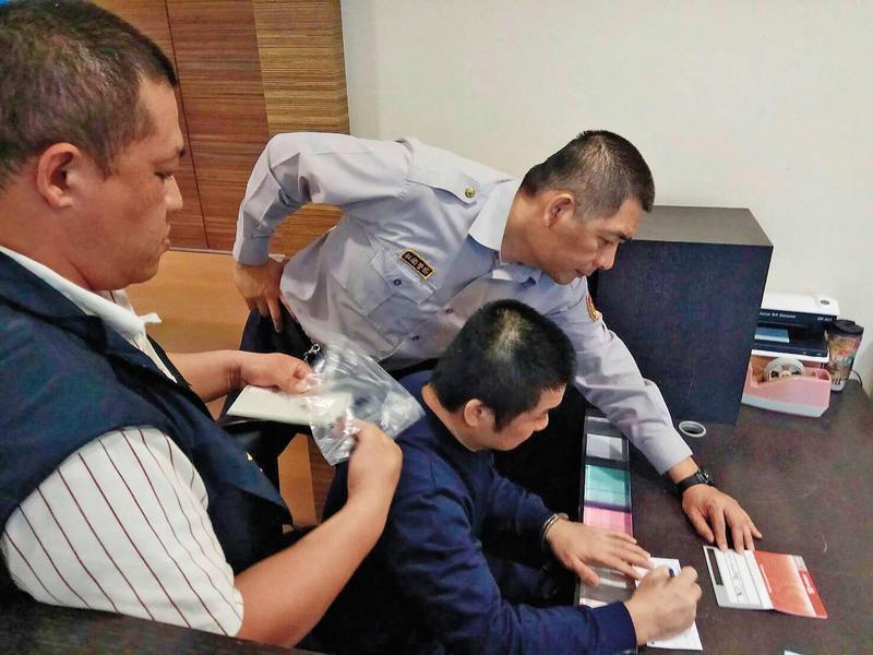 詐騙祖師爺朱志偉(黑襯衫者),和日本黑幫結合,化身成種子教官行騙,為了爭取官司輕判,吐出300萬元賠償被害人。(讀者提供)