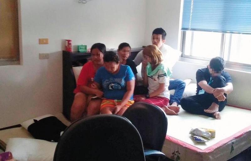 從泰國來台的詐騙集團成員行動受到限制,閒暇時只能窩在房間內打牌聊天,被逮時圍坐在床,不發一語。(翻攝畫面)