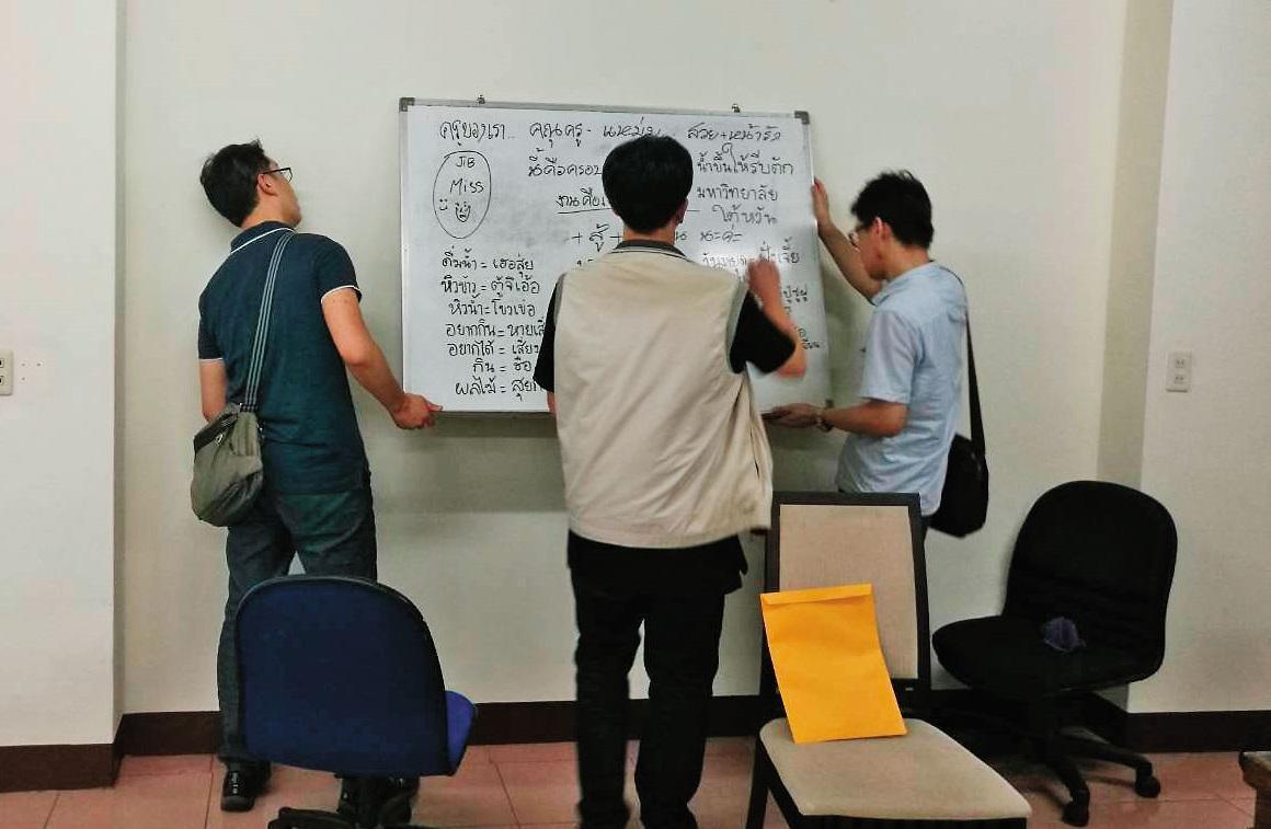 辦案人員衝入苗栗詐騙機房,發現屋內白板上用泰文寫滿教戰守則,教導如何誘騙民眾上當。(翻攝畫面)