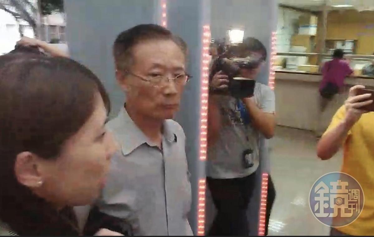 福大材料股份有限公司董事長楊燈霖(中)涉嫌美化財報,遭檢調搜索後,傍晚被移送北檢複訊。