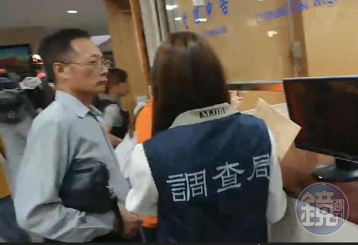 福大材料股份有限公司董事長楊燈霖(左)涉嫌美化財報,遭檢調搜索後,傍晚被移送北檢複訊。