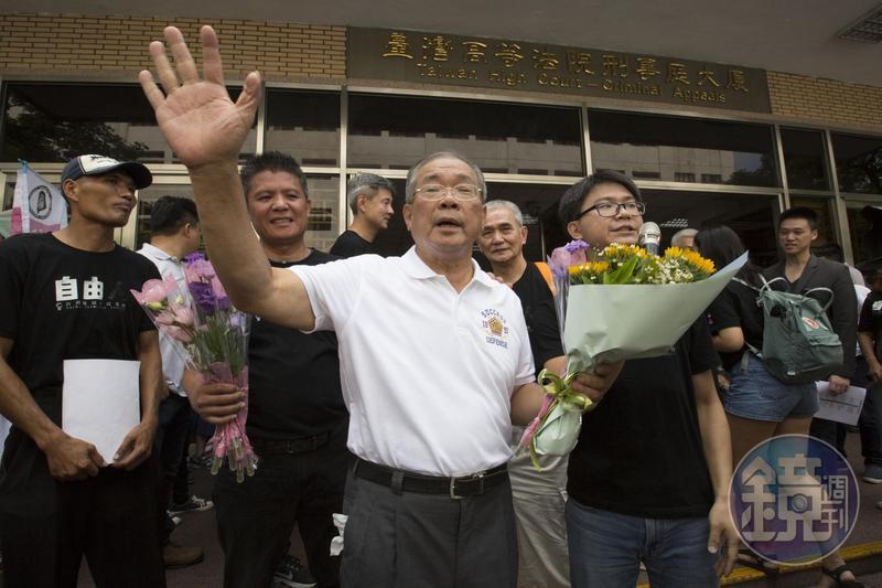 傢俱工廠老闆蘇炳坤32年前遭前員工誣指涉搶銀樓而被判刑15年,今獲改判無罪,他說這是最好的父親節禮物。