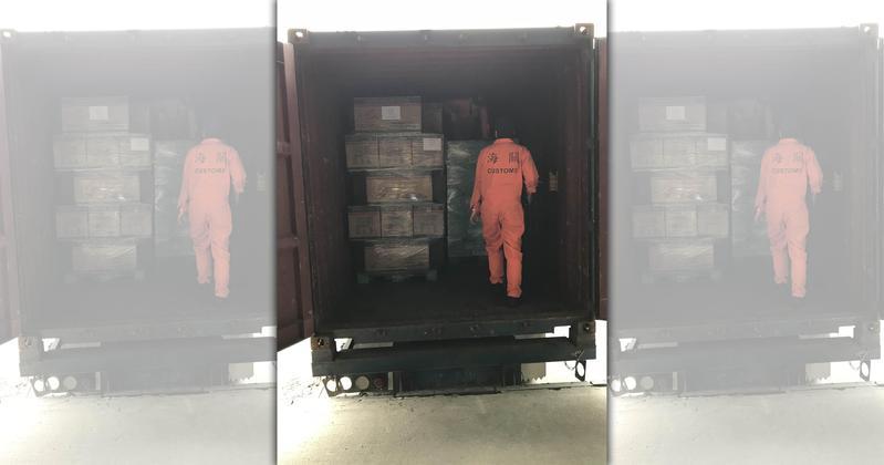 警方在基隆海關查獲貨櫃內裝有詭異紙箱,打開竟是160萬顆一粒眠。(刑事局提供)