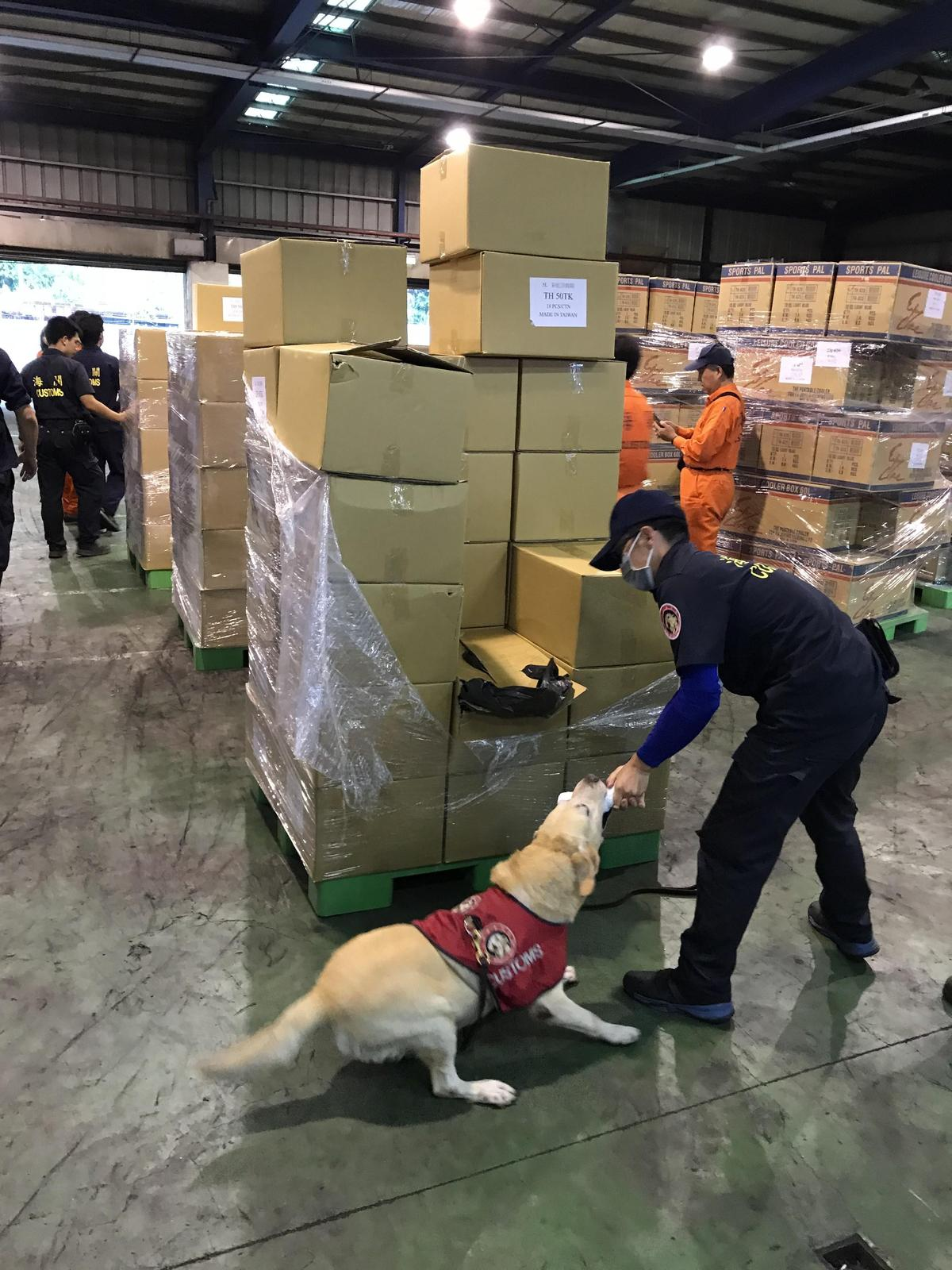 警方出動緝毒犬查驗毒品。(刑事局提供)