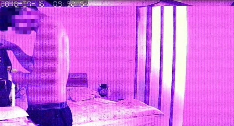 林嫌潛入女友父親房間中行竊,過程遭監視器拍下。(翻攝畫面)
