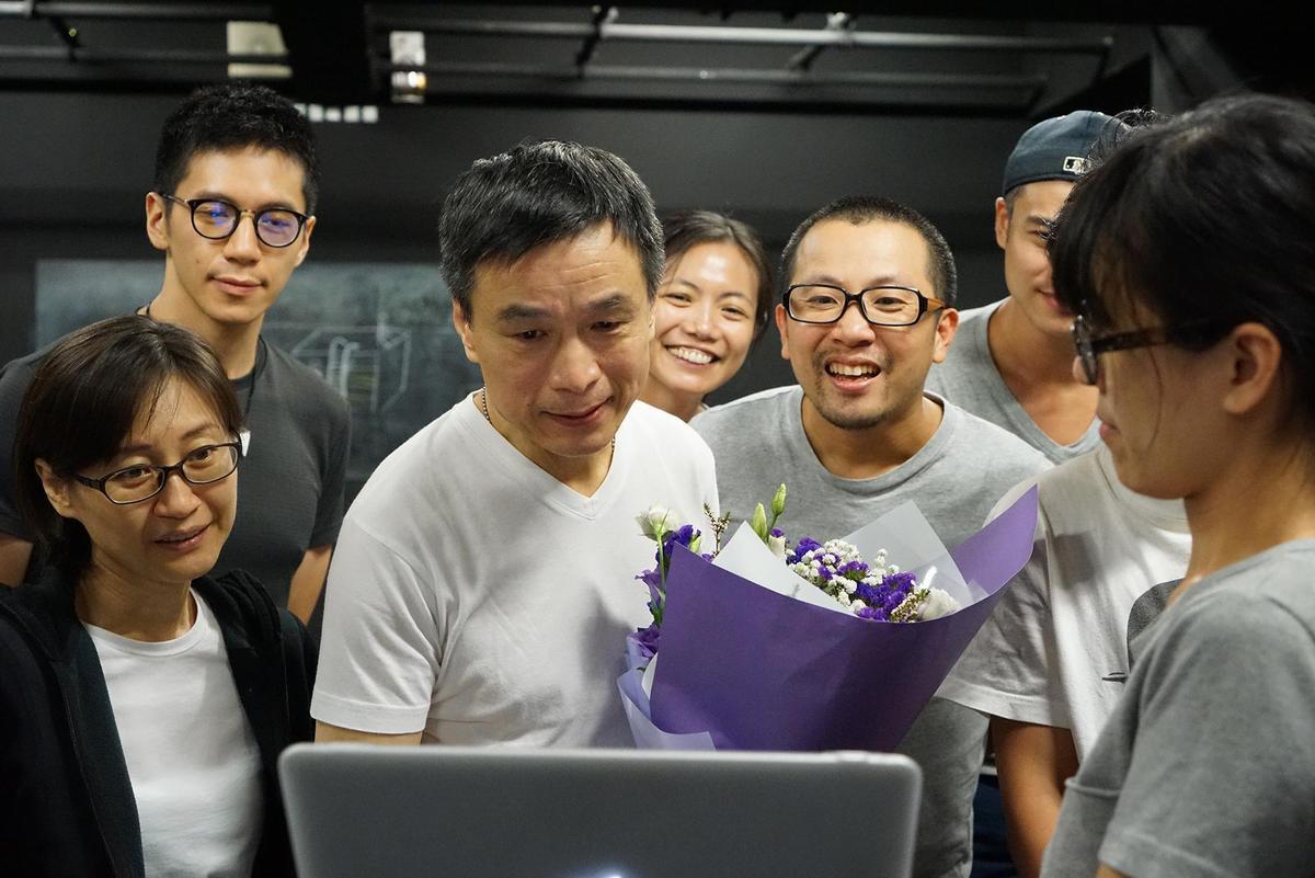 《小兒子》李天柱(左三)心繫在英國念書的女兒,父親節收到女兒影片熱淚盈眶。(故事工廠)