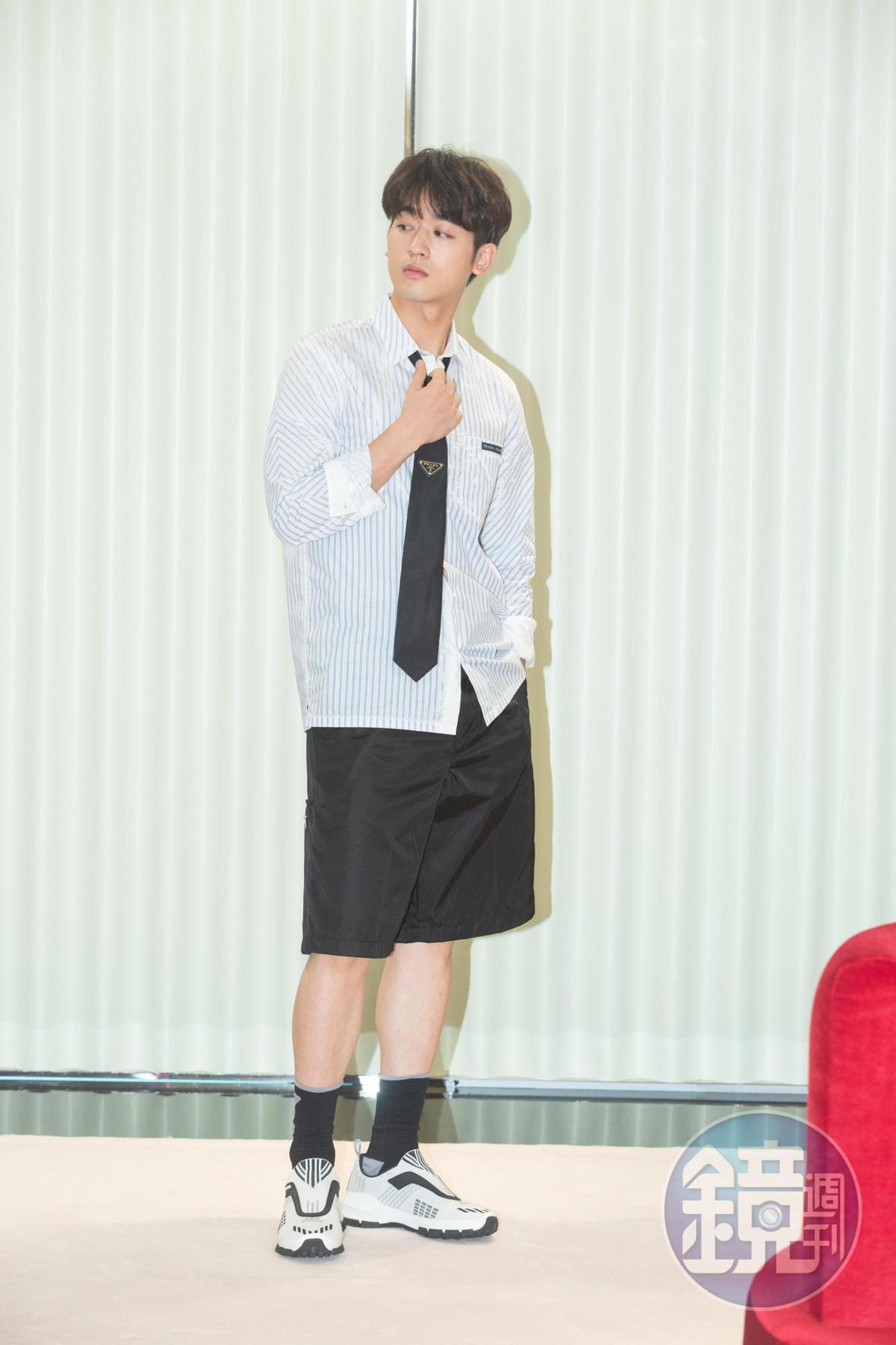 小樂身上穿著PRADA條紋襯衫NT$38,500、logo領帶NT$7,000、黑色短褲NT$25,000。