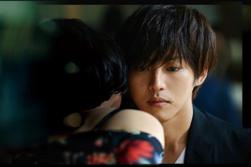 松坂桃李第一次看《娼年》完成品是獨自關在試片室觀賞,覺得不像日本電影,反而有法國電影的味道。(翻攝自娼年推特)