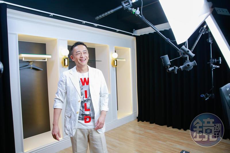 陳昭榮介紹他的直播攝影棚,還有野心要拓展到100個棚以上。