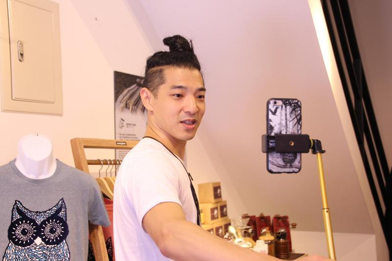 歌手王大文到店家進行「王大文的歌廳」直播,與線上粉絲互動。(花生騷提供)