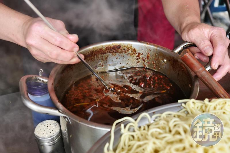 這一鍋油亮的肉燥是光明街這間無名麵店的靈魂。
