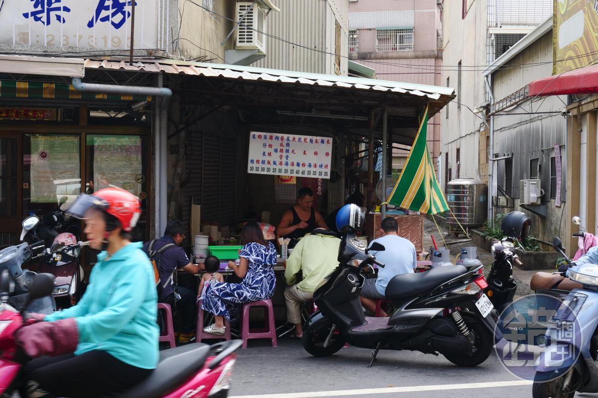 「光明街無名麵攤肉燥飯」就在藥房旁架篷開攤50年。
