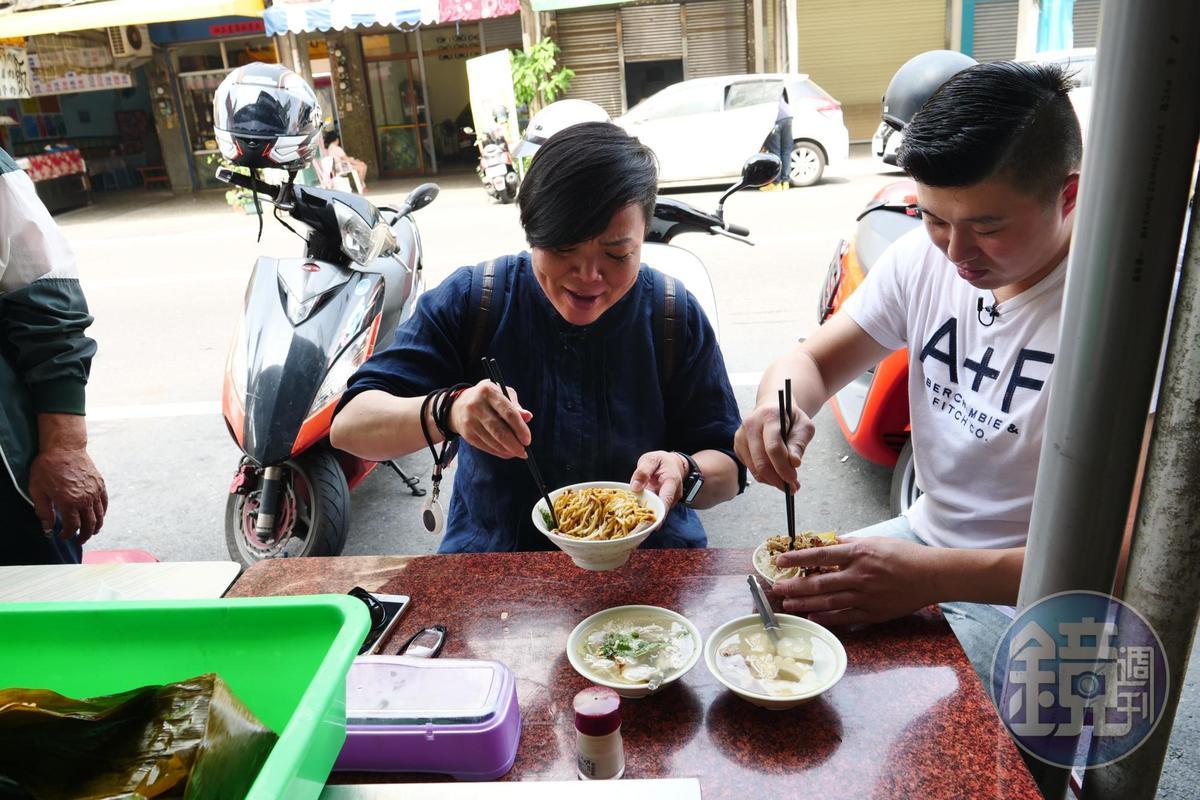 林敬堯(右)在這街區長大,這麵攤從小吃到大。