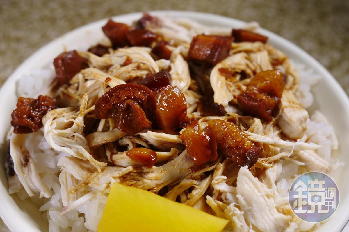 雞肉絲飯上頭還會再淋一圈肉燥,雙重享受。(30元/碗)