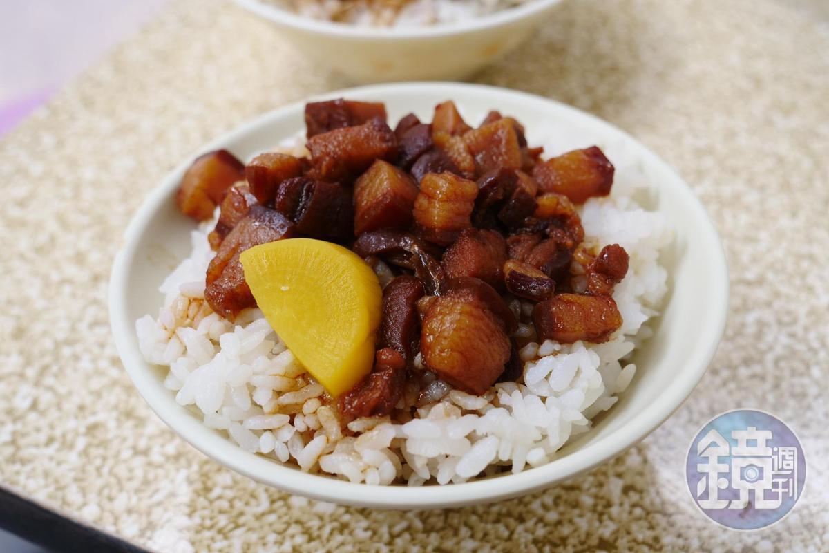 肉燥飯的肉丁就像一塊小小的焢肉,自家手工切。(25元/碗)