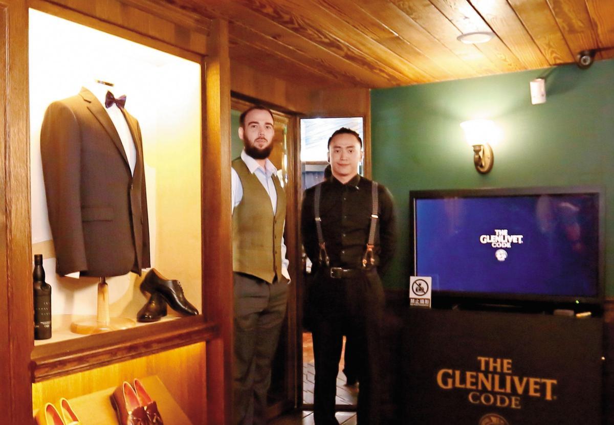 左為格蘭利威品牌大使Stuart Fear,酒友們都暱稱他「地瓜」,他甚至有自己的Line貼圖。