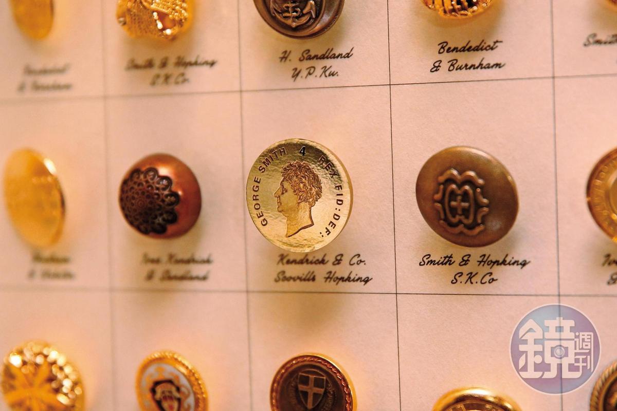密室逃脫第4個線索是鈕釦上有喬治‧史密斯的圖像以及數字4。