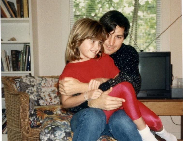 1987年,賈伯斯長女莉莎在母親家,和來訪的父親合影。(網路截圖,Grove Atlantic/ Vanity Fair)