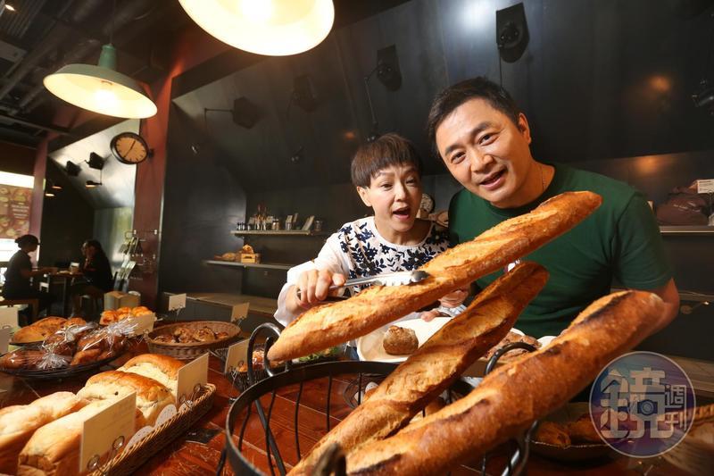 湯志偉(右)和Juby(左)再婚共組家庭,一起省錢大作戰。
