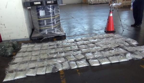 警方當場起出百餘公斤K毒共126包,以目前市面行情、每公克約一千元價格換算,市值約一億多元台幣。(警方提供)