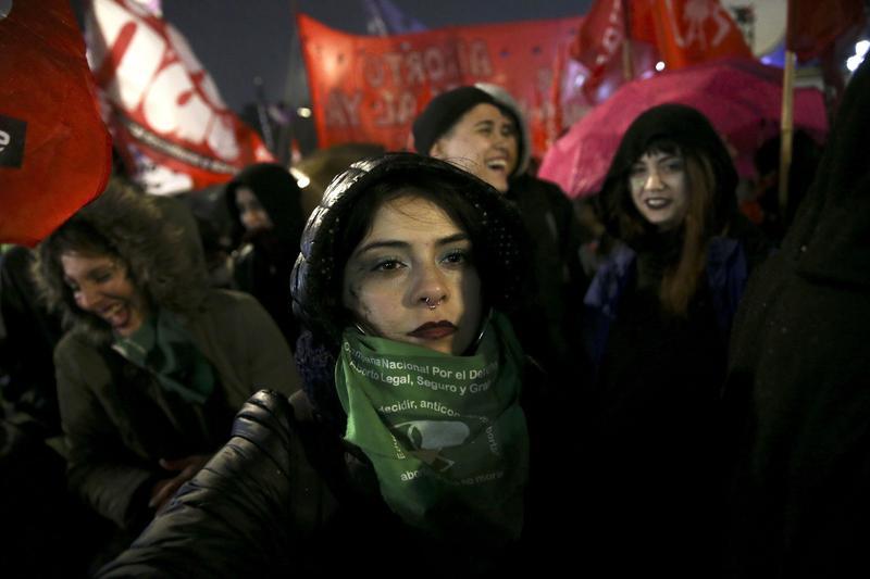 支持墮胎法案的抗議者聚集在阿根廷布宜諾斯艾利斯的國會廣場。(東方IC)
