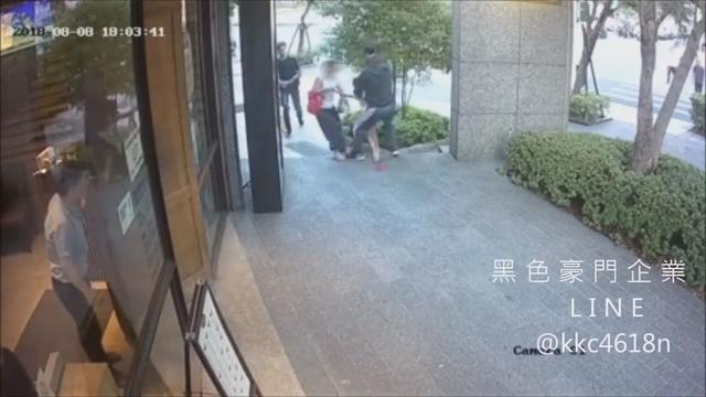 在北市民權東路附近大樓擔任救生員的33歲周姓男子,在休息時間突然攻擊路過母女,卻辯稱「誤認」而遭開除。