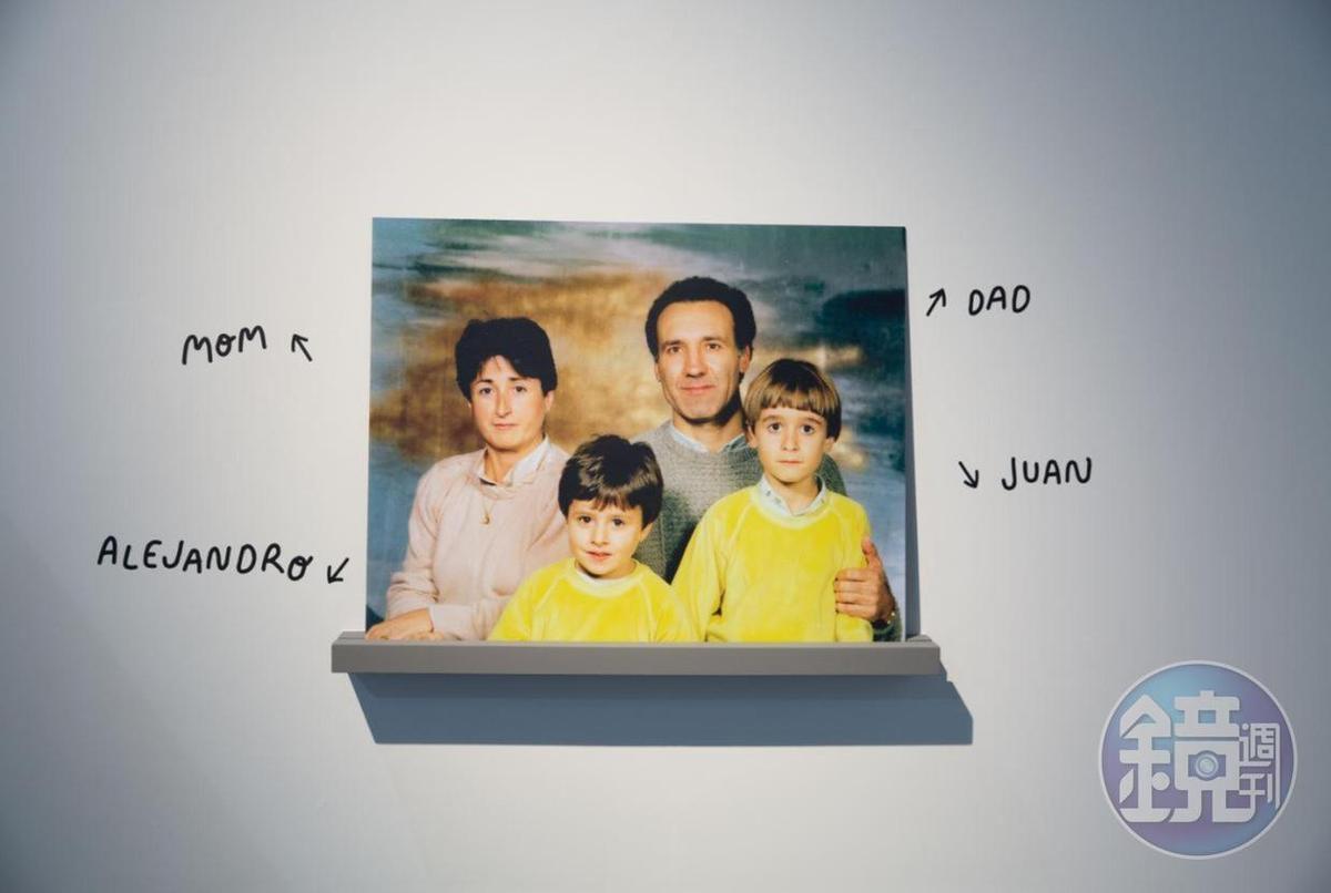 《Boom Boom BROSMIND就要發射太空彈! 》展場入口掛著一張顯眼的家庭照。兩兄弟說,自他們幼年起,父母就鼓勵他們發揮創造力。