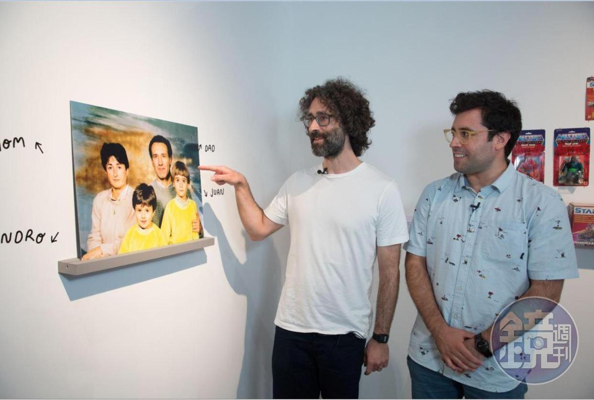 滿頭黑色捲髮的哥哥璜指著照片中的自己,說童年時不但是直髮,而且髮色是金的。