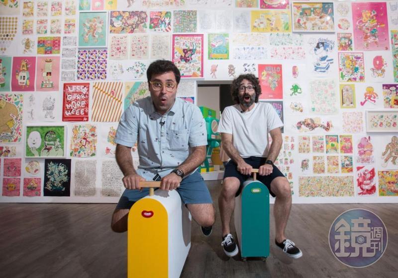 來自西班牙巴塞隆納的Brosmind兄弟檔設計師Juan(右)與Alejandro在台北華山展場玩得不亦樂乎。