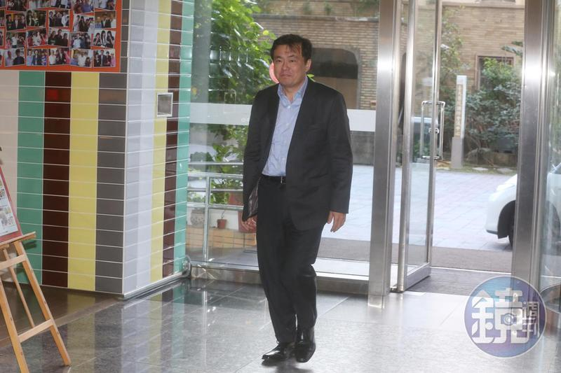 前總統馬英九卸任後官司纏身,民進黨祕書長洪耀福透露曾替馬卜過卦,認為馬還有更困難的事在後頭。