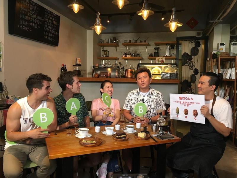 庹宗康與謝忻帶著來自美國的賈斯汀與西班牙的佩德羅,到台南新化品嚐小吃,讓外國人看到不一樣的台南。(衛視提供)