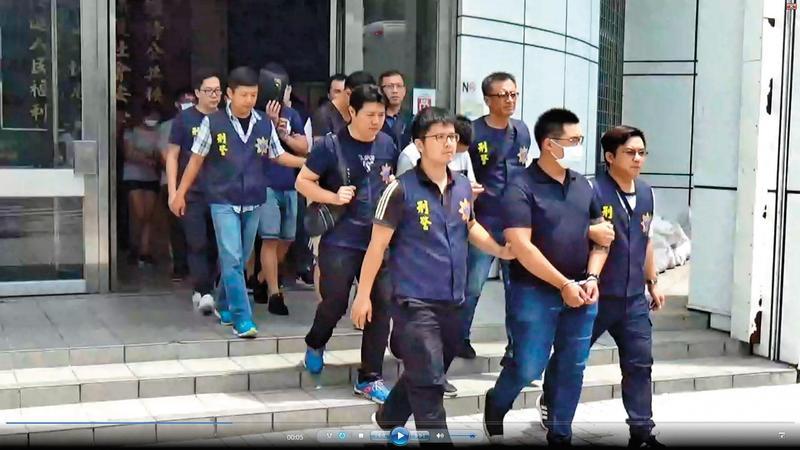 檢警兵分7路破獲蟑螂愛心協會,當場逮捕林以禮為首的集團嫌犯14人。(翻攝畫面)