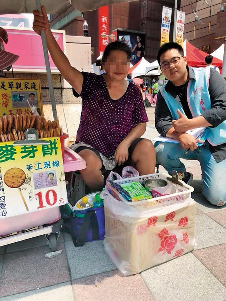 檢警發現,「中華民國築夢關懷生命協會」理事長林以禮(右),年紀輕輕只有24歲,沒有工作,卻成立愛心協會行善,懷疑內情不單純。(翻攝畫面)