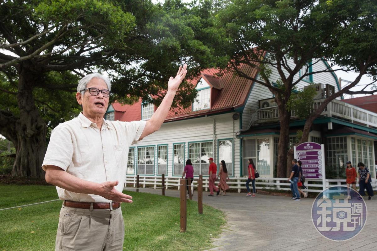 施尚斌身後的旅客服務中心,在轉型做觀光之前,是囤放牛飼料的穀倉。