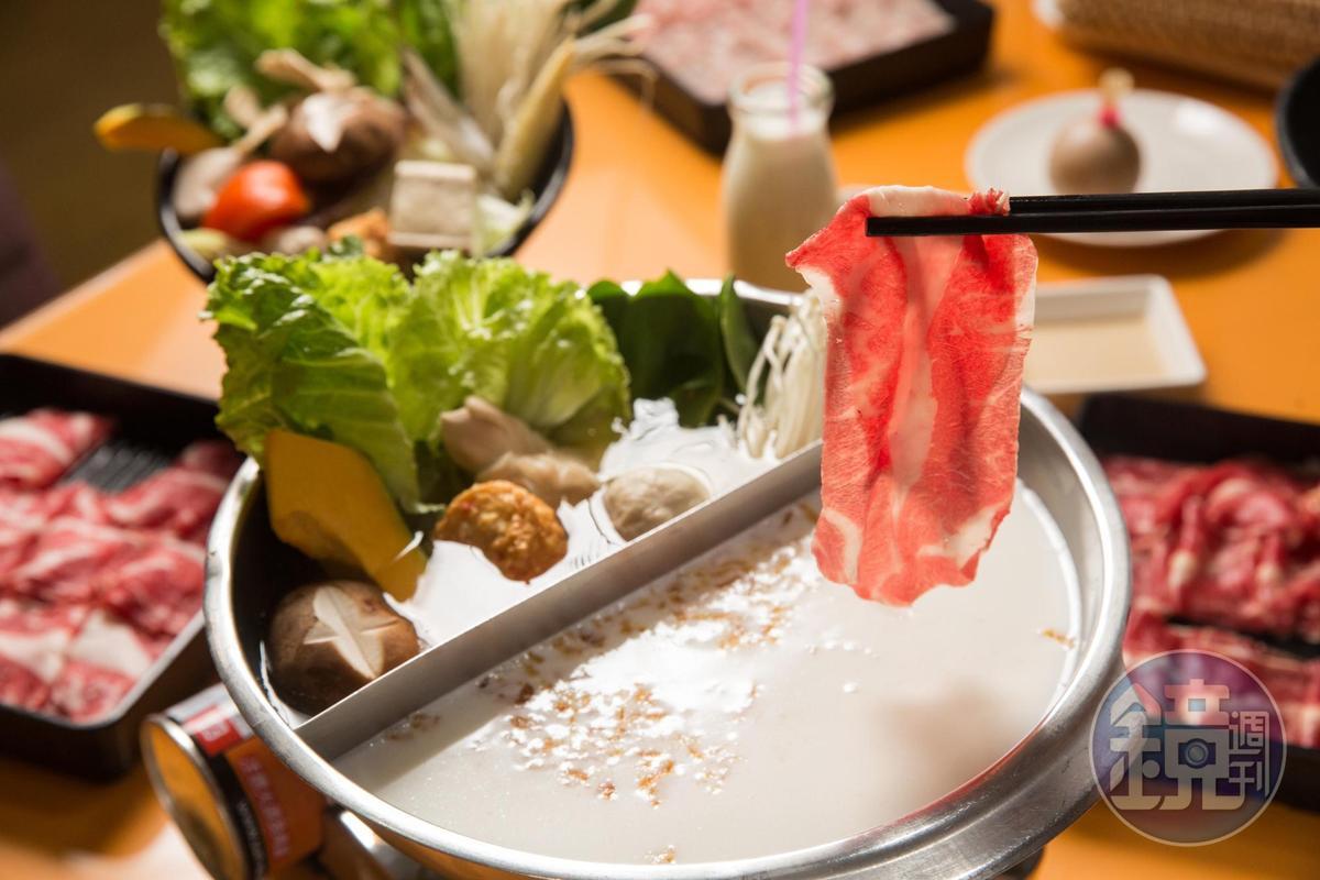用自家牧場調製的樂活鮮奶鍋,湯頭濃醇,是人氣餐點之一。(美國頂級無骨牛小排550元/份)