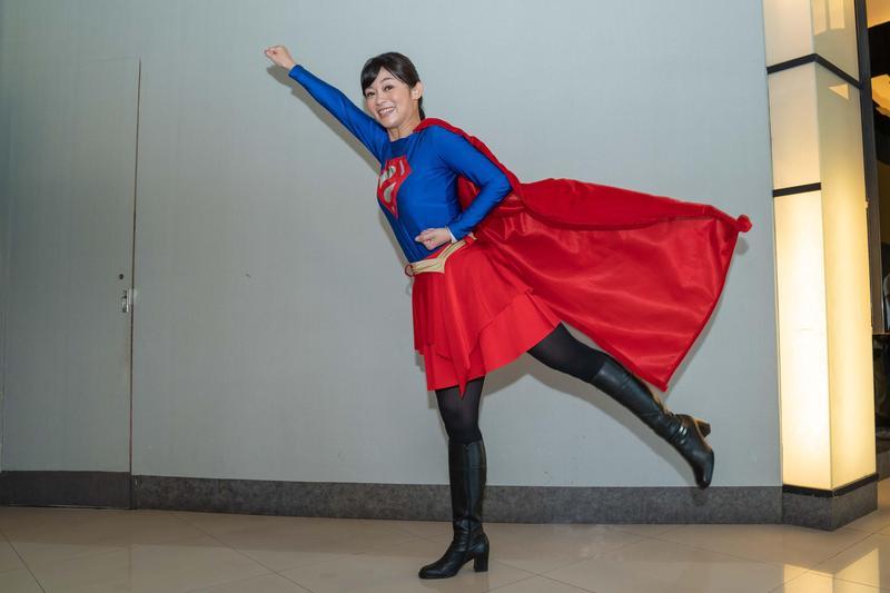鄭凱云穿女超人裝。(TVBS提供)