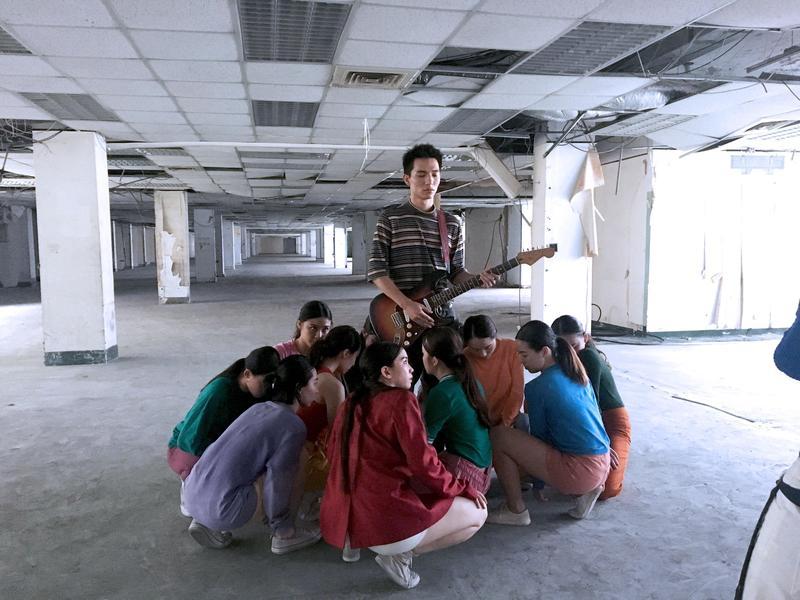 黃奕儒日前拍MV,一堆女舞者圍在他的胯下。(相信音樂提供)