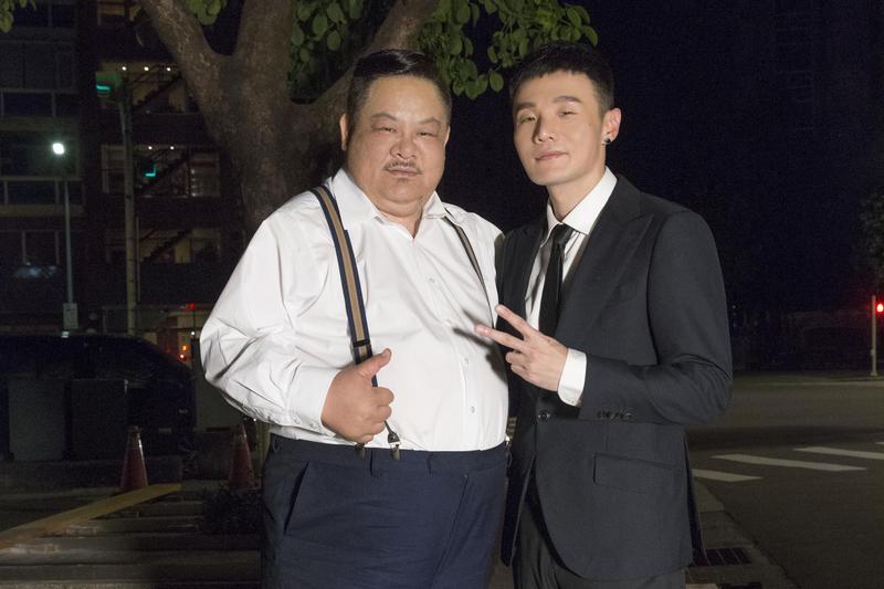 林雪坦言他30幾年螢幕生涯中初體驗,第一次哭戲送給李榮浩(右),李榮浩很感動。(華納提供)