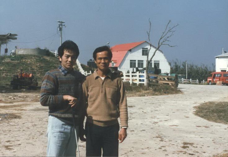 張晨光(左)演出戲劇《夕陽山外山》,和飛牛牧場主人吳敦瑤合照。(飛牛牧場提供)