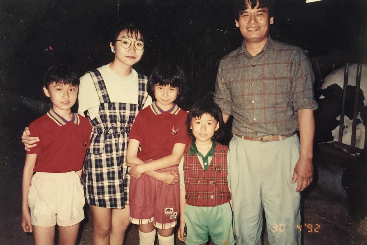 主持人陶晶瑩也曾光臨飛牛牧場,施尚斌(右)揪女兒們和偶像合照。(飛牛牧場提供)