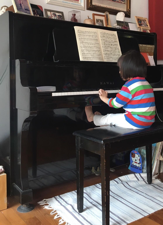 集郵梁朝偉、金城武等許多大明星彈過的鋼琴,目前已傳承給施家第三代。(飛牛牧場提供)