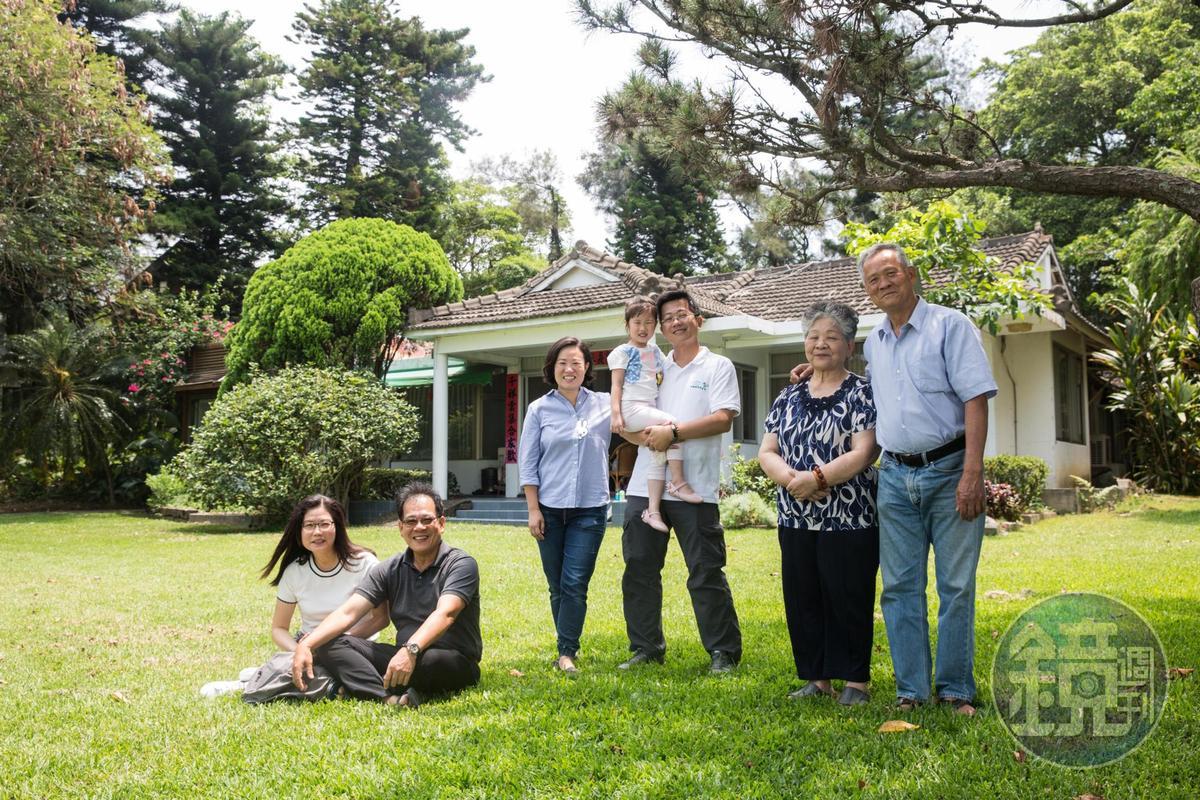 以農為本、永續經營是飛牛牧場二家二代主人的共同信仰,右1為創辦人之一的吳敦瑤。