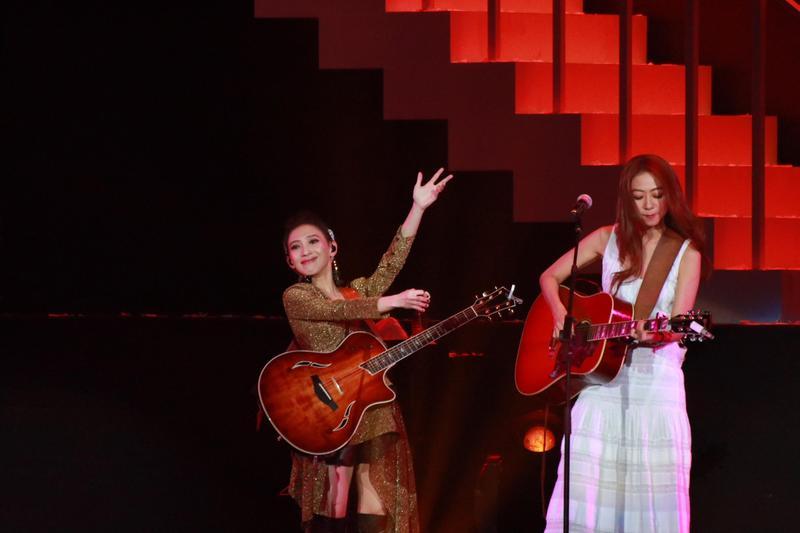 戴佩妮(左)和陳綺貞(右)合唱《讓我想一想》。(妮樂佛提供)