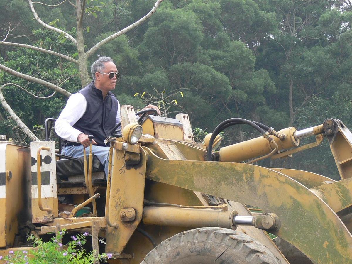 吳敦瑤被家人戲稱為走鋼索的人,78歲的他仍持續開墾,把更多理想實踐在飛牛牧場。(飛牛牧場提供)