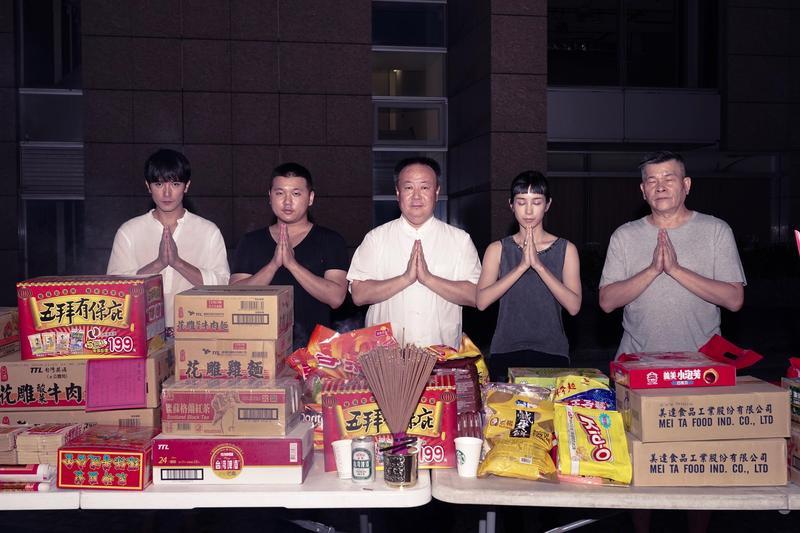 謝沅瑾老師帶著大批劇組祭拜好兄弟。(華文創提供)