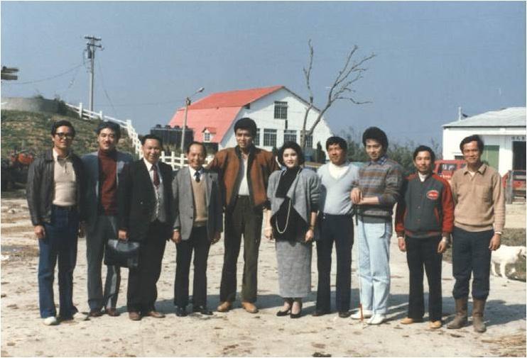 電視劇《夕陽山外山》在飛牛牧場取景,女主角宋岡陵的明星丰采,連牧場主人吳敦瑤(右)也放下手邊工作追星。 (飛牛牧場提供)