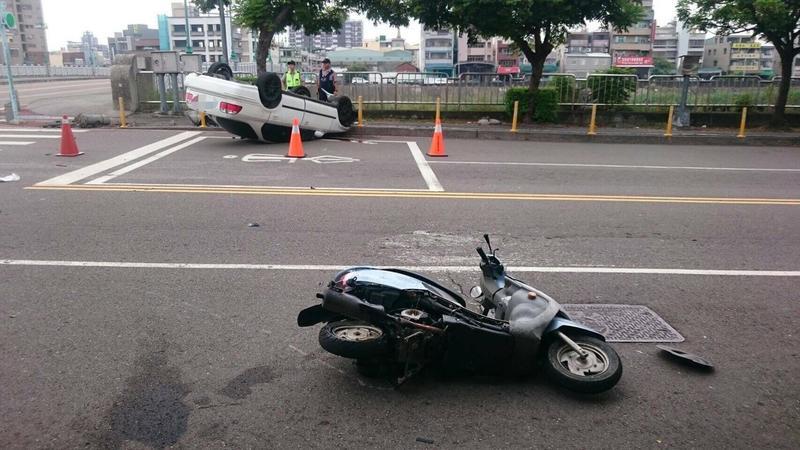 警方馳抵時見倒地的機車,以及撞翻的汽車,卻不見騎士與駕駛。(警方提供)
